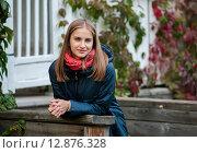 Купить «Красивая женщина стоит облокотившись на перила загородного дома», эксклюзивное фото № 12876328, снято 1 октября 2015 г. (c) Игорь Низов / Фотобанк Лори