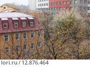 Купить «Первый снег в городе на фоне осенних деревьев и домов», фото № 12876464, снято 9 октября 2015 г. (c) Горшков Игорь / Фотобанк Лори