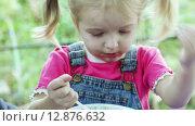 Купить «Чумазая девочка ест суп», видеоролик № 12876632, снято 5 октября 2015 г. (c) Потийко Сергей / Фотобанк Лори
