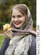 Красивая девушка с платком на голове ест яблоко. Стоковое фото, фотограф Светлана Микитанская / Фотобанк Лори