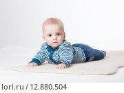 Купить «Веселый малыш в студии на белом фоне», фото № 12880504, снято 19 ноября 2018 г. (c) Efanov Aleksey / Фотобанк Лори