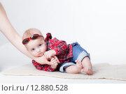 Купить «Маленький мальчик лежит на руке мамы», фото № 12880528, снято 19 ноября 2018 г. (c) Efanov Aleksey / Фотобанк Лори