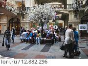 Купить «Люди в ГУМе в Москве», эксклюзивное фото № 12882296, снято 20 июля 2013 г. (c) lana1501 / Фотобанк Лори