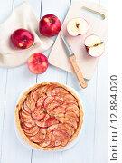 Купить «Яблочный открытый пирог на белой тарелке на деревянном столе, вид сверху», фото № 12884020, снято 10 июля 2015 г. (c) Татьяна Волгутова / Фотобанк Лори