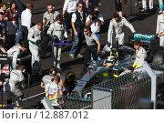 Льюис Хэмилтон. Подготовка с старту. Формула 1 в Сочи (2014 год). Редакционное фото, фотограф Свистунов Павел / Фотобанк Лори