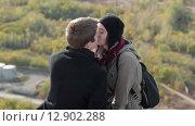 Купить «Прекрасная молодая пара целуется на открытом воздухе», видеоролик № 12902288, снято 15 октября 2015 г. (c) Алексндр Сидоренко / Фотобанк Лори