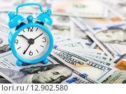 Купить «Будильник стоит на долларах», фото № 12902580, снято 2 апреля 2015 г. (c) Валерия Потапова / Фотобанк Лори