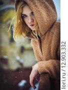 Девушка в пальто с капюшоном. Стоковое фото, фотограф Artem Kotelnikov / Фотобанк Лори