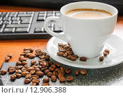 Купить «Чашка утреннего кофе капучино на рабочем столе», фото № 12906388, снято 9 октября 2015 г. (c) Алёшина Оксана / Фотобанк Лори