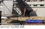 Купить «Молодые паркурщики выполняют трюки в летнем парке. Замедленное движение.», видеоролик № 12906448, снято 17 октября 2015 г. (c) Александр Багно / Фотобанк Лори