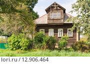 Купить «Старый жилой дом с мезонином в Мышкине», эксклюзивное фото № 12906464, снято 7 августа 2015 г. (c) Алёшина Оксана / Фотобанк Лори