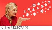 Купить «woman sending snowflakes from palms of her hands», фото № 12907140, снято 7 октября 2012 г. (c) Syda Productions / Фотобанк Лори