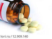 Купить «Желтые таблетки и открытый пузырёк», эксклюзивное фото № 12909140, снято 9 сентября 2015 г. (c) Юрий Морозов / Фотобанк Лори