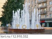 """Купить «Москва, Украинский бульвар, фонтан """"Стол""""», эксклюзивное фото № 12910332, снято 22 августа 2015 г. (c) Dmitry29 / Фотобанк Лори"""