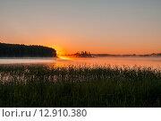 Купить «Летний пейзаж с озером на рассвете», эксклюзивное фото № 12910380, снято 29 июня 2015 г. (c) Игорь Низов / Фотобанк Лори
