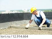 Купить «worker roofer with float lute», фото № 12914664, снято 22 мая 2012 г. (c) Дмитрий Калиновский / Фотобанк Лори