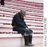 Уставший пожилой человек сидит и дремлет на скамейке. Монголия. Стоковое фото, фотограф Фёдор Мешков / Фотобанк Лори