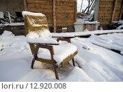 Купить «Брошенное старое кресло, покрытые снегом в разрушенном доме», фото № 12920008, снято 15 октября 2015 г. (c) Алексей Маринченко / Фотобанк Лори