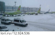 MOSCOW, RUSSIA-January 25, 2014: Domodedovo international airport. The airfield, snow. Редакционное видео, видеограф Mikhail Erguine / Фотобанк Лори
