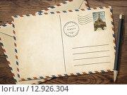 Купить «Винтажные открытка и конверт с ручкой на столе», фото № 12926304, снято 2 августа 2014 г. (c) Андрей Кузьмин / Фотобанк Лори