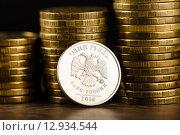 Купить «Российский рубль и золотые деньги на столе», фото № 12934544, снято 19 марта 2015 г. (c) Валерия Потапова / Фотобанк Лори