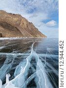 Купить «Озеро Байкал зимой. Прозрачный лед с трещинами и разломами у скал западного побережья», фото № 12944452, снято 7 марта 2015 г. (c) Виктория Катьянова / Фотобанк Лори