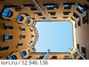 Купить «Двор колодец в Санкт-Петербурге. Россия», фото № 12946136, снято 12 сентября 2015 г. (c) E. O. / Фотобанк Лори