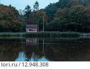 Маленький дом на берегу озера. Стоковое фото, фотограф Елена Антипина / Фотобанк Лори
