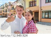 Купить «Счастливая молодая пара с ключами около нового дома», фото № 12949924, снято 18 июня 2015 г. (c) Константин Лабунский / Фотобанк Лори