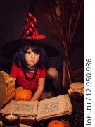 Купить «Маленькая девочка в образе ведьмы», фото № 12950936, снято 23 октября 2014 г. (c) Останина Екатерина / Фотобанк Лори