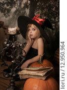Купить «Эмоции маленькой ведьмы на хэллоуин», фото № 12950964, снято 1 ноября 2014 г. (c) Останина Екатерина / Фотобанк Лори