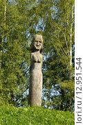 Купить «Деревянная статуя в парке», фото № 12951544, снято 12 июля 2015 г. (c) Валерия Попова / Фотобанк Лори