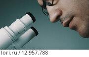 Купить «Молодой доктор смотрит в микроскоп», видеоролик № 12957788, снято 27 октября 2015 г. (c) Константин Колосов / Фотобанк Лори