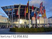Купить «Западный вход в выставочный центр Messe Munchen (New Munich Trade Fair Centre) в Мюнхене (Германия) в вечернем освещении», фото № 12958832, снято 17 сентября 2013 г. (c) Александр Замараев / Фотобанк Лори