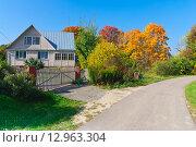 Купить «Дачный домик у дороги», фото № 12963304, снято 19 сентября 2015 г. (c) Зобков Георгий / Фотобанк Лори