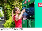 Купить «Frau bringt Altkleider in Entsorgungshof zum Recycling», фото № 12975148, снято 30 марта 2020 г. (c) PantherMedia / Фотобанк Лори