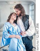 Купить «Мужчина и женщина в средневековой одежде», фото № 12987356, снято 23 августа 2015 г. (c) Darkbird77 / Фотобанк Лори