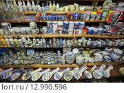 Купить «Лоток с сувенирами в Старом городе Будва , Черногория», эксклюзивное фото № 12990596, снято 17 июля 2015 г. (c) Алексей Гусев / Фотобанк Лори