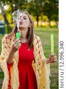Купить «Светловолосая девушка с мыльными пузырями», эксклюзивное фото № 12996340, снято 6 июня 2015 г. (c) Игорь Низов / Фотобанк Лори
