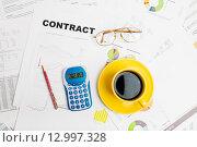 Купить «Беловые бумаги, калькулятор, очки и чашка кофе», фото № 12997328, снято 14 октября 2015 г. (c) Валерия Потапова / Фотобанк Лори