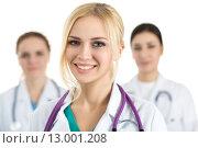Портрет улыбающейся женщины врача с коллегами. Стоковое фото, фотограф Людмила Дутко / Фотобанк Лори