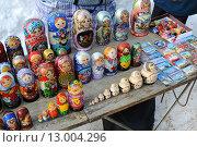 Купить «Торговые прилавки с сувенирами», эксклюзивное фото № 13004296, снято 9 марта 2013 г. (c) Юрий Морозов / Фотобанк Лори