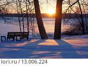 Купить «Зимний пейзаж, закат над озером», фото № 13006224, снято 17 августа 2018 г. (c) Уфимцева Екатерина / Фотобанк Лори