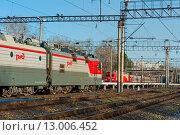 Два поезда едут друг другу на встречу (2015 год). Редакционное фото, фотограф Павел Мрастев / Фотобанк Лори