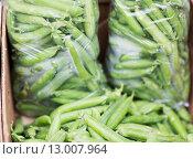 Купить «close up of green peas in box at street market», фото № 13007964, снято 27 июля 2015 г. (c) Syda Productions / Фотобанк Лори