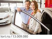 Smiling couple leaning on car. Стоковое фото, агентство Wavebreak Media / Фотобанк Лори