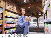 happy woman with notepad in market. Стоковое фото, фотограф Syda Productions / Фотобанк Лори