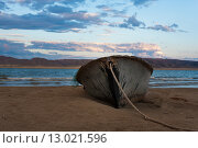 Старая лодка на морском берегу. Стоковое фото, фотограф Tatyana Emelina / Фотобанк Лори