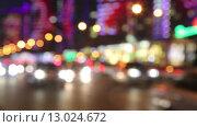 Купить «Ночной трафик на улице Москвы, расфокус», видеоролик № 13024672, снято 20 октября 2015 г. (c) Наталья Волкова / Фотобанк Лори