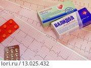 Купить «Электрокардиограмма сердца и таблетки», эксклюзивное фото № 13025432, снято 8 ноября 2015 г. (c) Юрий Морозов / Фотобанк Лори
